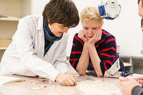 Professorin und Studentin im Gespräch