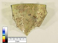 Fragment mit anhaftenden Sedimenten und Irisschicht