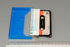 Compact Kassette aus dem Projektbestand. Das Speichermedium ist, wie bei den offenen Bandsystemen, ein Magnetband