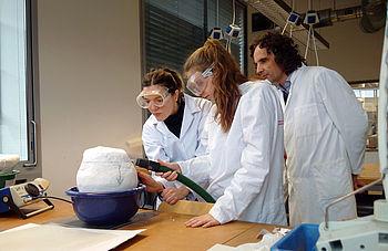 Studierende und der Laboringenieur Stephan Puille bergen eine archäologische Keramik aus dem Block © A. Jeberien